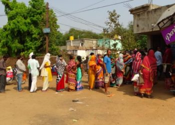 No home delivery, PDS beneficiaries defy social distancing