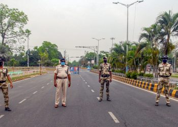 Bhubaneswar: Security personnel stand guard during a nationwide lockdown in the wake of coronavirus outbreak, in Bhubaneswar, Saturday, April 4, 2020. (PTI Photo)(PTI04-04-2020_000096B)