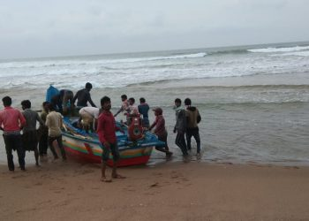 Cramped in small boat, 16 fishermen return Odisha from Andhra Pradesh