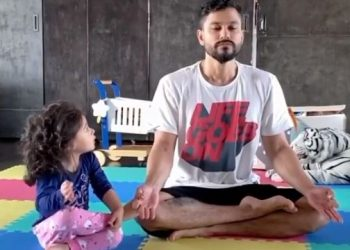 Actor Kunal kemmu gives yoga tips to his little daughter; watch video