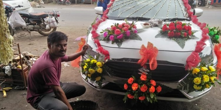 Paper flowers save Angul florists during COVID-19 times