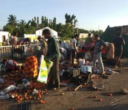 Ganjam residents give social distancing a toss as tomato laden truck overturns