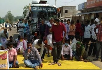 Agitating farmers detain Bolangir MP's vehicle demanding quick payment of crop insurance dues