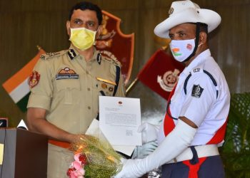 Cuttack cop felicitated for donning sweeper's hat