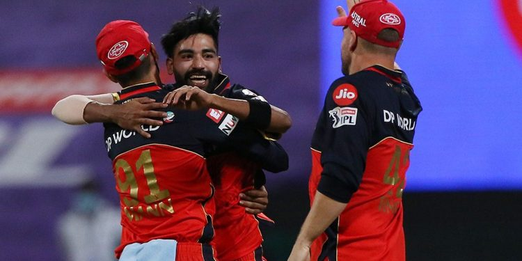 Mohammed Siraj (C) celebrates a wicket with his teammates