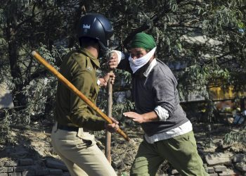 New Delhi: A security person  and a  farmer clash as protestors attempt to cross Singhu Border during 'Delhi Chalo' march against the new farm laws, in New Delhi, Friday, Nov. 27, 2020. (PTI Photo/Ravi Choudhary)