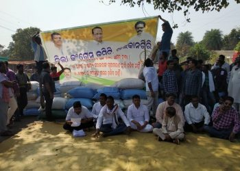 Farmers, Cong workers block NH over mandi closure