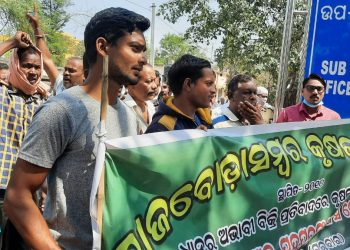 Agitating farmers in Padmapur shut down government offices