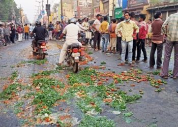 Jharsuguda farmers dump vegetables on road protesting against COVID-19 restrictions