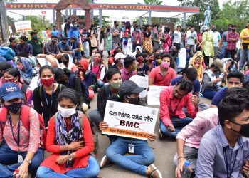 Utkal University students oppose decision to vacate hostels, stage protest