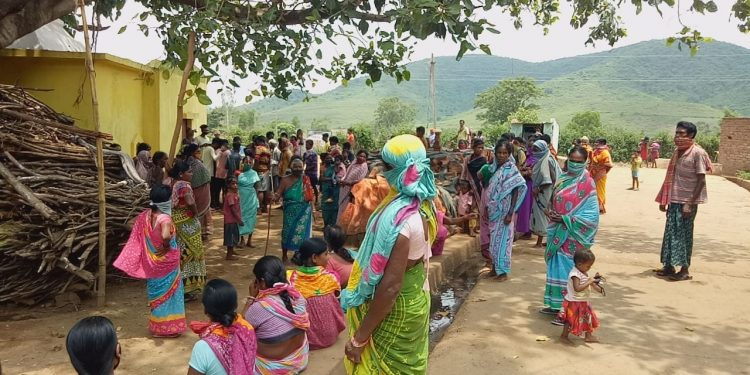 Villagers oppose red mud pond construction