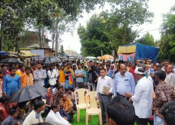 Angry over urea crunch, farmers lock tehsil office