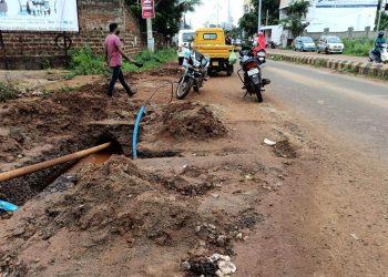 Dug-up roads in Vyasanagar invite mishaps